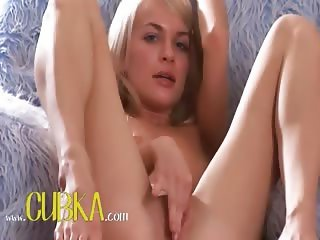 Blonde glamour Pola using big dildo