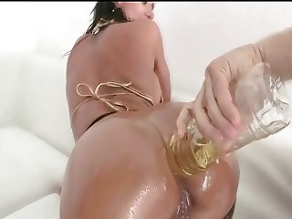 Colombian with great ass gets oiled up