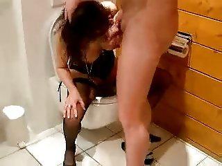 belle pipe au toilette