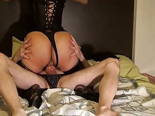 Sra Casada haciendo sexo anal con corset apretado