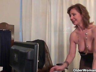 American milf Tracy from AmateurWivesXxx.com works her nyloned pussy