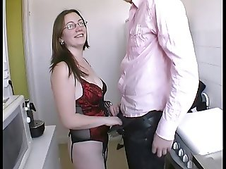Elle se fait bien enculer dans la cuisine par surprise !!