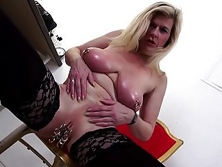 Mature sexbomb kinky mother fisting her cunt