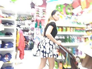 upskirt a milf comprando (carita)