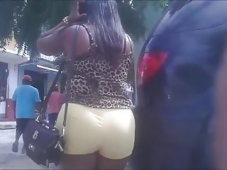 Mulata bunduda de short amarelo 3