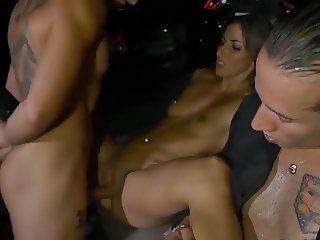 Magnifique brunette prise dans un parking