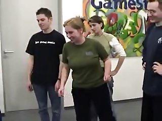 Gamestar Redakteurin Petra Schmitz tanzt - Tittenhuepfen