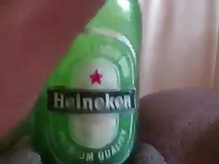 Elle aime bien les bouteilles d'Heineken
