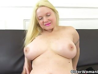 English milf Summer Angel Lee lowers her knickers