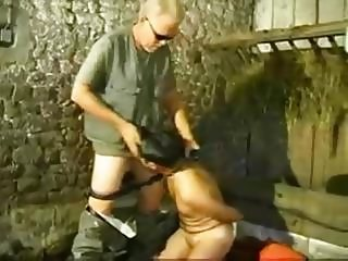 Un pervers baise un couple dans une grange