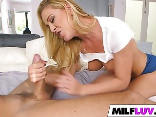 Thats a fucking hot MILF